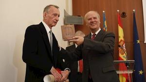 Rafael-Lluís Ninyoles rep la Medalla d'Honor de l'AVL de mans de Ramon Ferrer