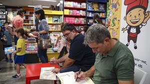 Roger Roig i Hugo Prades signant exemplars del nou conte
