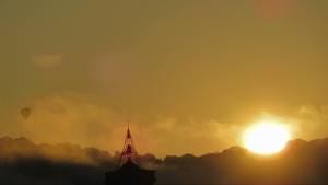 Sortida de sol entre una mica de boira a Olot dimecres al matí