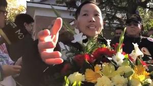 Surrealista: Un xinès franquista s'acomiada del dictador al cementiri del Pardo