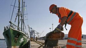Un amarrador ajustant una maroma en el port de Sagunt