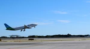 Un avió enlairant-se a l'aeroport del Prat