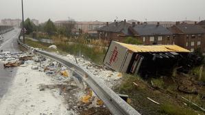 Un camión ha volcado en la A-67 a la altura de Somahoz