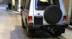 Un cotxe mal aparcat a Solsona