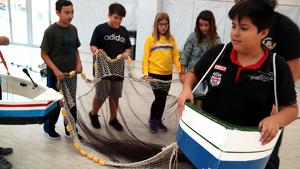 Un grup d'alumnes de l'escola l'Assumpció de Deltebre, simulat la pesca d'encerclament