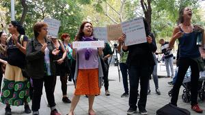 Un grup de dones s'ha concentrat a les portes del consolat de l'Uruguai per mostrar el seu suport a la mare de la menor