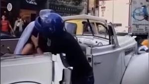 El jove va intentar robar-li un petó a la seva ex parella