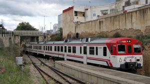 Un tren de rodalia al seu pas per Cheste