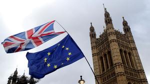 Una bandera britànica i una bandera europea, davant Westminster.