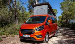 Una furgoneta Ford Transit Custom de color taronja camperitzada