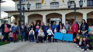 Una imatge de les famílies que es van reunir aquest dijous a Roda de Berà.