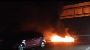 Una imatge del cotxe accidentat a la sortida de l'AP-7 a Torredembarra.