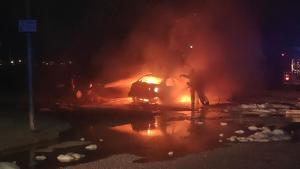 Una imatge del cotxe que es va cremar aquest dissabte a la matinada al barri tarragoní de Camp Clar.