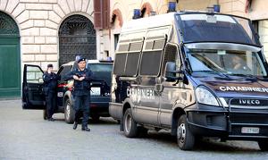 Vehicles de la policia italiana i agents durant el dispositiu policial per la cimera de Roma