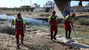 Voluntaris de la Creu Roja durant les tasques de recerca aquest diumenge al Francolí, en aquest cas a Tarragona.