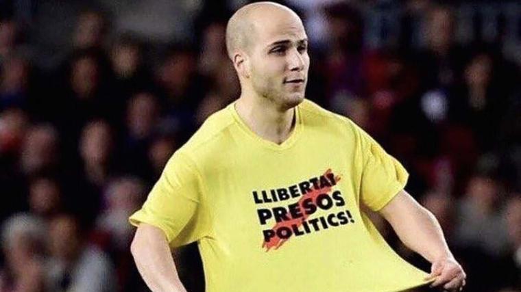 Àlex Aymerich va saltar al Camp Nou per reivindicar els drets dels polítics presos