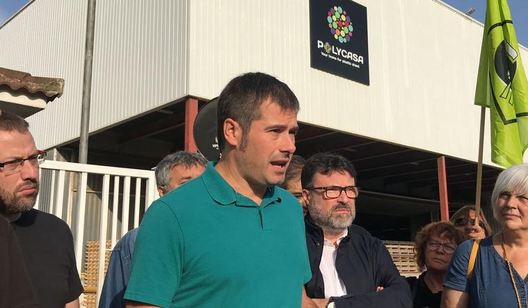 Carles Escolà davant la seu de l'empresa Polycasa