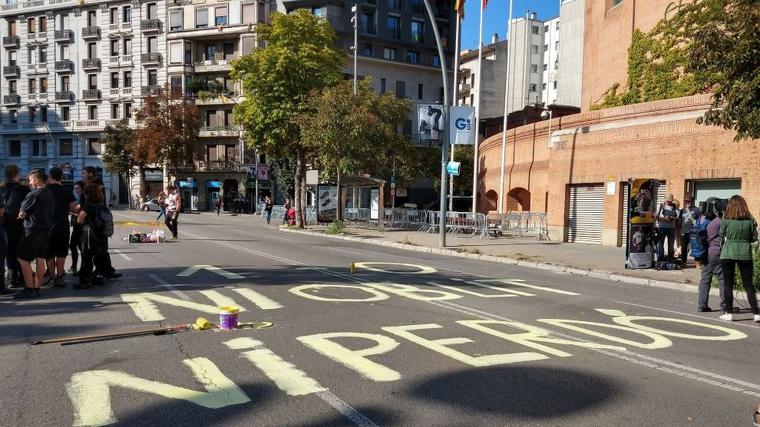 Els manifestants a Girona han pintat la calçada de l'avinguda de Jaume I