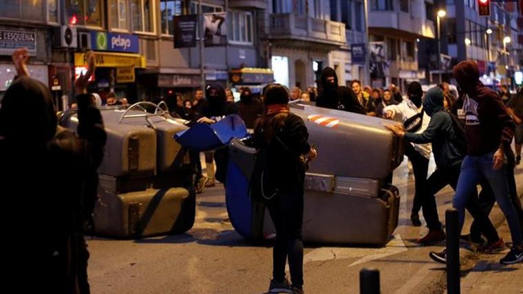 Els manifestats han bolcat contenidors en una de les vies principals de la ciutat