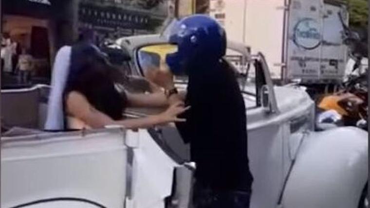 La noia el va empènyer i ell ca començar a cridar enfadat