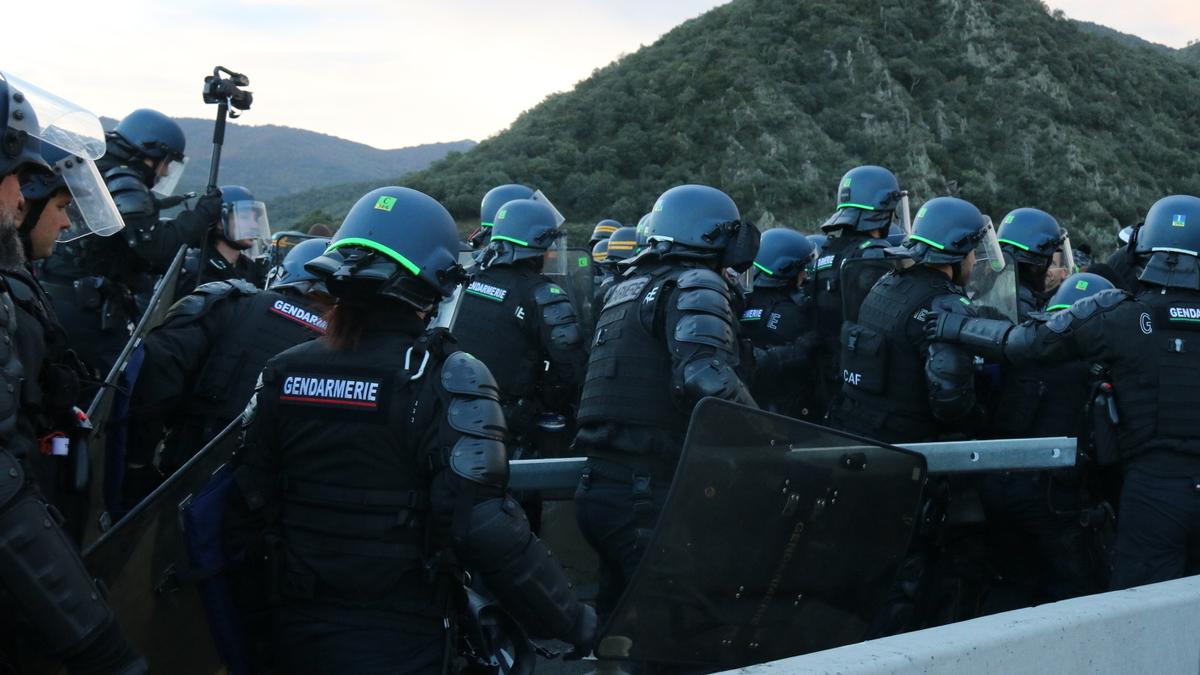 Antiavalots francesos desallotjant el tall a La Jonquera