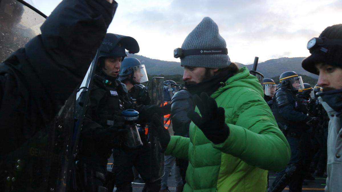 Manifestants davant la policia al tall de La Jonquera