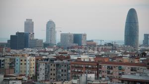 Almenys dues persones han escalat aquest dissabte la Torre Agbar de Barcelona