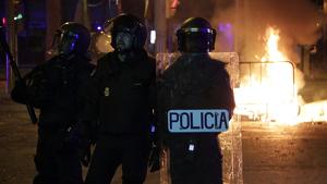 Antidisturbis de la Policia Nacional actuant durant els aldarulls a Girona