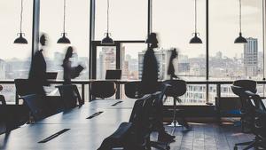 Imagen de trabajadores moviéndose por una empresa