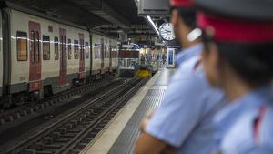 Atraca una llibreria a Barcelona amb un ganivet i fuig per les vies del metro