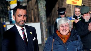 Clara Ponsatí, amb el seu advocat abans d'entregar-se