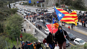 Desenes de manifestants tallen la frontera amb França a La Jonquera