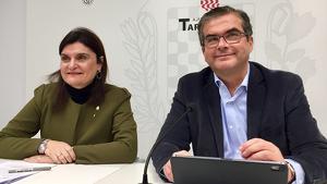 D'esquerra a dreta, els dos regidors del PP a l'Ajuntament de Tarragona, Elisa Vedrina i José Luís Martín, durant la roda de premsa d'aquest dilluns, 18 de novembre, al consistori tarragoní.