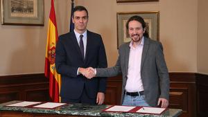D'esquerra a dreta, Pedro Sánchez, president del govern espanyol en funcions, i Pablo Iglesias, líder d'Unidas Podemos, presentant el preacord de govern al Congrés dels Diputats