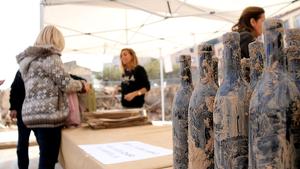 Detall de les ampolles recuperades del fang del Celler Rendé Masdéu de l'Espluga de Francolí a la venda aquest divendres