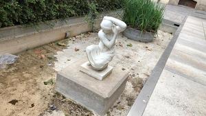 Detall de l'escultura noucentista d'Esteve Monegal en un emplaçament totalment desaconsellable