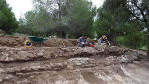 Dos arqueòlegs treballant en el tram d'aqüeducte del Gaià trobat als Pallaresos.