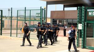 Dos presos han estat evacuats a causa de l'incendi i el fum