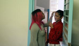 Dues preses trans a la porta d'una cel·la de Wad-Ras