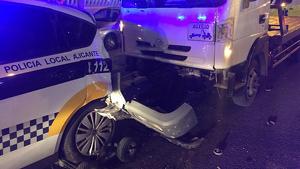 El cotxe de la Policia va quedar completament destrossat per darrere