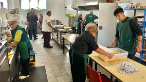 El menjador compta amb un equip de voluntariat totalment consolidat