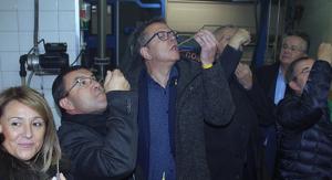 El president de la Diputació de Lleida, Joan Talarn, amb l'alcalde de Maials, David Masot, i altres autoritats, tastant oli verd