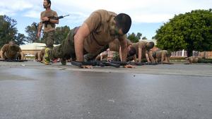 El soldat va caure desplomat després d'una dura prova física