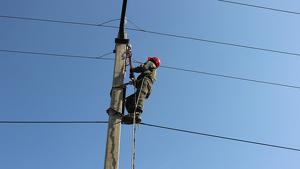 Electricista trabajando en unos cables de alta tensión