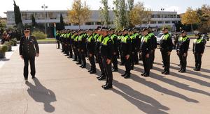 Els agents de la Policia Local de Cambrils han iniciat la celebració amb un rendiment d'honors a la plaça de l'Ajuntament.