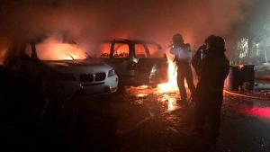 Els bombers en l'extinció de l'incendi de dos cotxes en Almassora