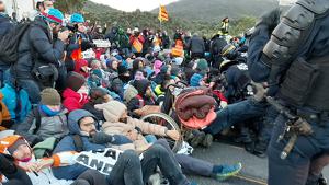 Els manifestants, asseguts a l'A-9, intenten resistir-se al desallotjament