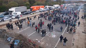 Els manifestants continuen tallant l'AP-7 a Salt