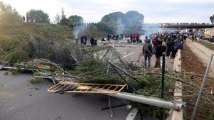 Els manifestants han fet barricades al llarg de la via