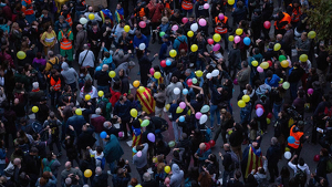 Els manifestants llancen globus a l'aire davant la Conselleria d'Interior a Barcelona
